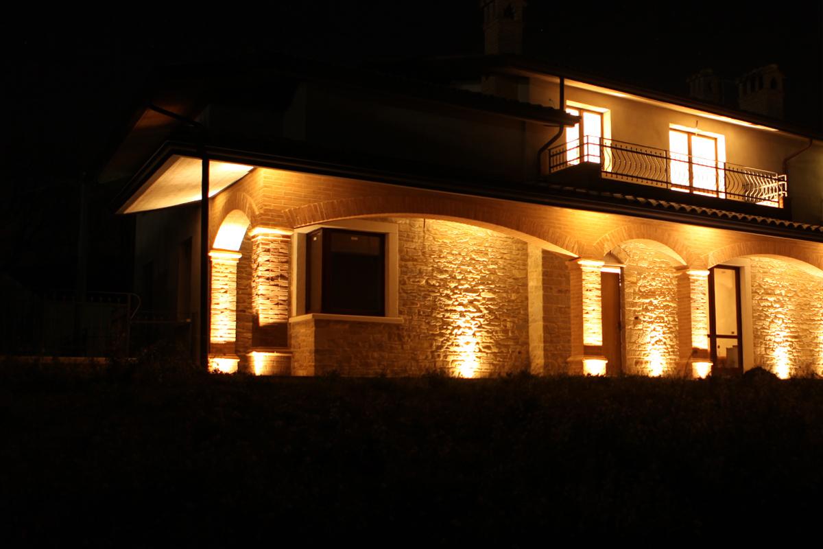 Illuminazione led per portico casa in pietra tecnocavi - Luci al led per casa ...