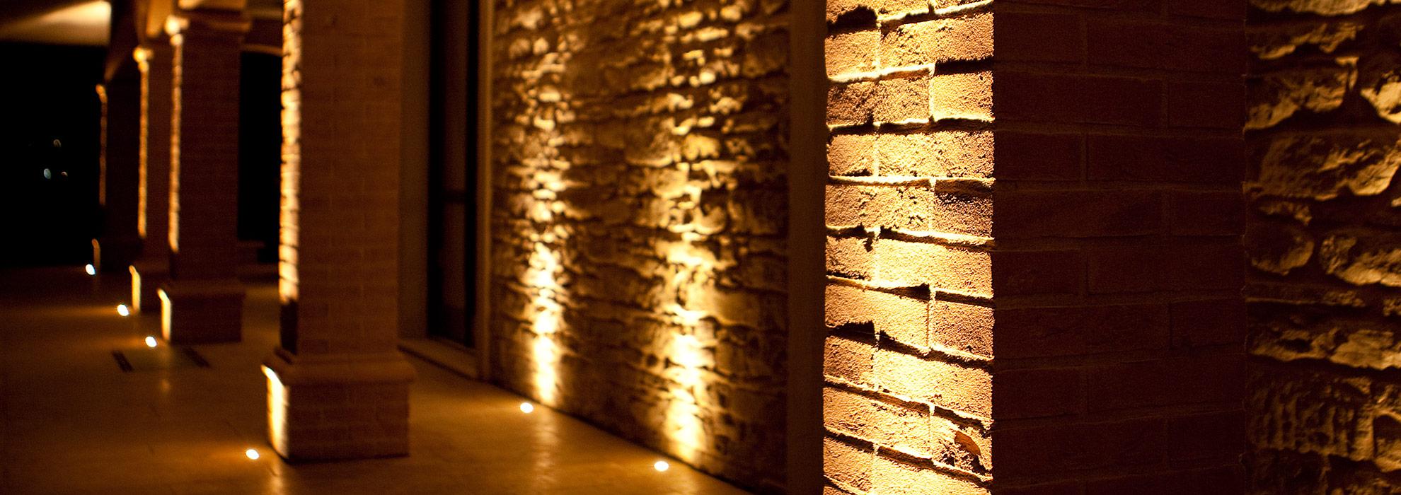 Illuminazione led per portico casa in pietra tecnocavi for Luci led per casa